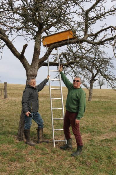 Andreas Kunz und Leonhard Emig vor der anflugbereiten Nisthöhle
