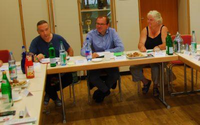 Mathias Wagner (Mitte) beim Austausch mit ehrenamtlichen Flüchtlingshelfern